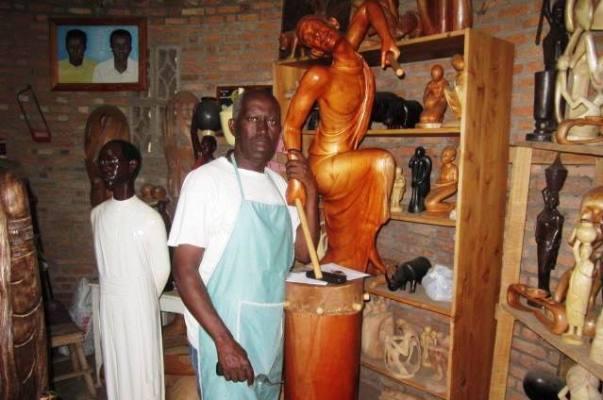 Bigendako Bernard dans son atelier (www.akeza.net)