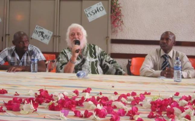 Père Claudio MARANO et ses collègues du centre jeune, lors de la conférence de presse (www.akeza.net)