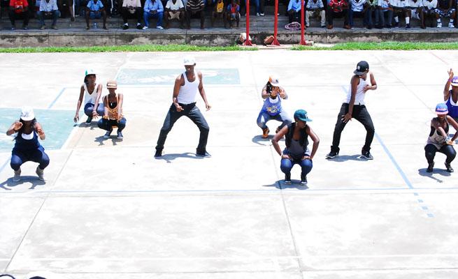 Certains membres du groupe Agati k' Imana en plein spectacle. (www.akeza.net)
