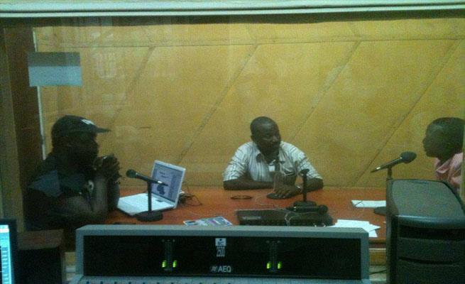 Appolinaire Diakabana à gauche, au studio, en pleine promotion de ce projet (www.akeza.net)