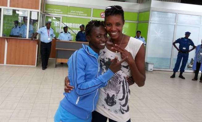 Diane NUKURI Johnson pose avec Francine Niyonsaba dans les locaux de l' Aéroport International de Bujumbura 9www.akeza.net)