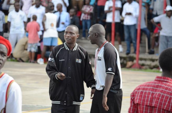 2 arbitres de basketball en train de se concerter (www.akeza.net)