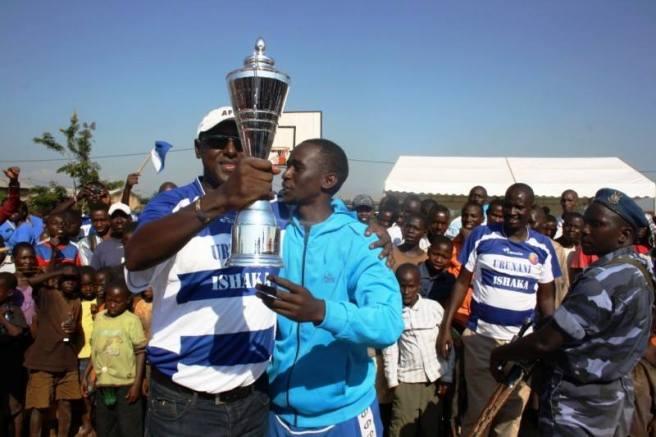 Le capitaine et le président du club Urunani soulevant avec joie le trophée (www.akeza.net)