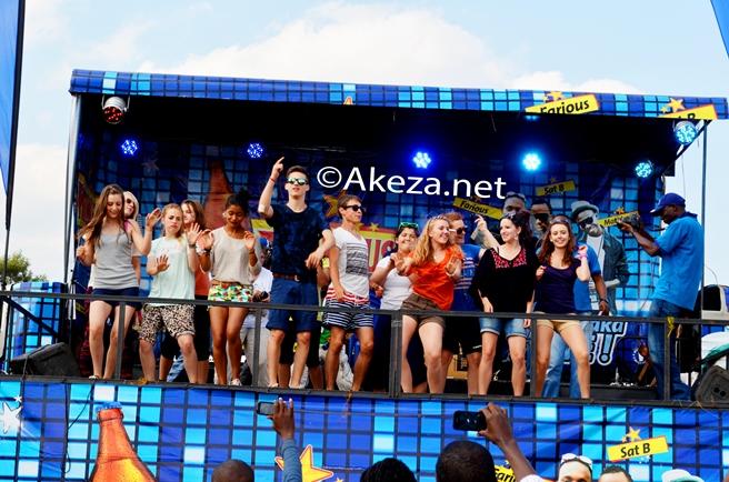 Les vacanciers belges sur scène (www.akeza.net)