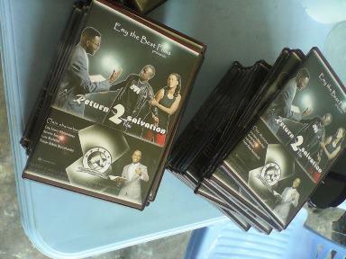 Quelques CD originaux du film «Return to salvation» (www.akeza.net)
