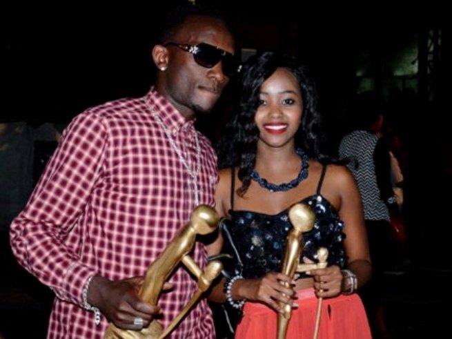 Furious Big et Samantha posant fièrement avec  leurs trophées. (www.akeza.net)