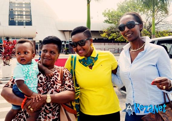 Sa mere , sa soeur et son petit neveux l'ont accompagné a l'aeroport (www.akeza.net)