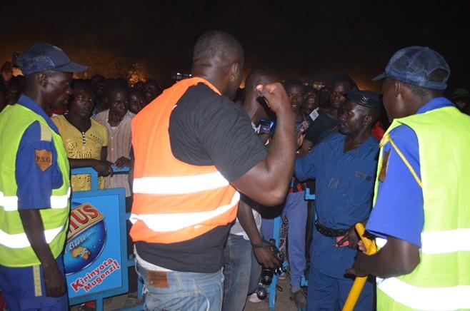 Le «Body guard» en train d'attaquer le journaliste Eric Nsengiyumva sans défense, au vu des policiers et agent de la PSG. ©Akeza.net