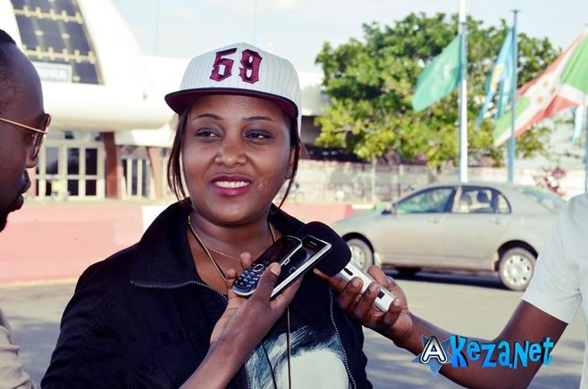 Alida Baranyizigiye en train de parler aux journalistes à l' Aéroport (www.akeza.net)