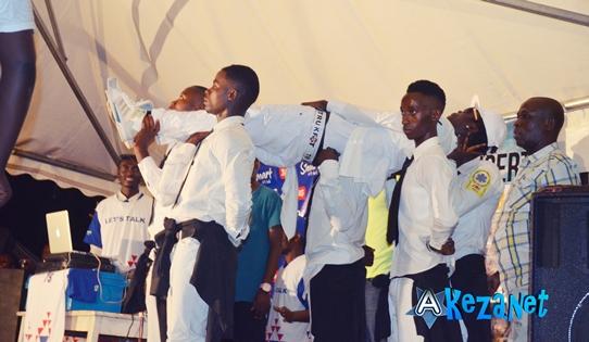 La spectaculaire entrée de Sat-B à la Michael Jackson. Il était soulevé par  ses danseurs. Il marchait au rythme de la chanson de Michael Jackson.(www.akeza.net)
