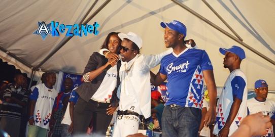 La société de téléphonie mobile Smart, était  le sponsor officiel de de ce concert. Voici de gauche à droite  Nadine Zirikunama, chargée de communication, Sat-B  au milieu et Camile.(www.akeza.net)