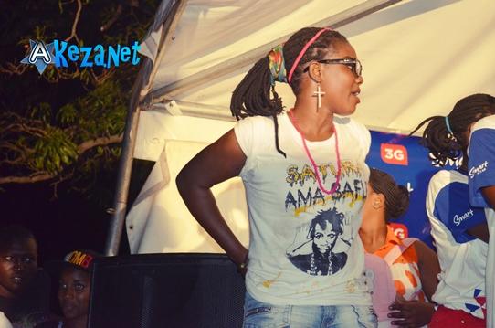 Parmi les fans, certains avaient achetés les tricots, sur lequel on pouvait lire «satura ama bafle». (www.akeza.net)