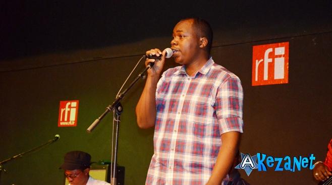 Bobona  interprétant ses chansons lors de sa conférence de presse.©Akeza.net