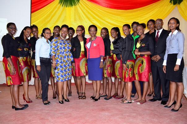 Photo d'ensemble des membres de Light Ladies Leaders, des oratrices et du recteur de l'Université Lumière (www.akeza.net)