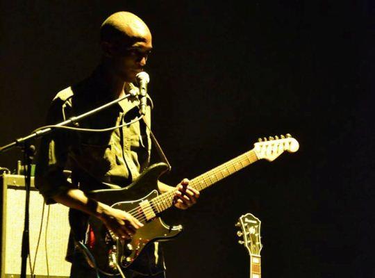 Arnaud NGANJI , guitariste du trio Moutcho (www.akeza.net)