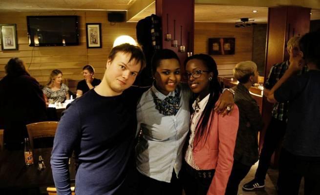 Cynthia Iteka et ses amis Rasmus et  Mémé après l'événement. (www.akeza.net)