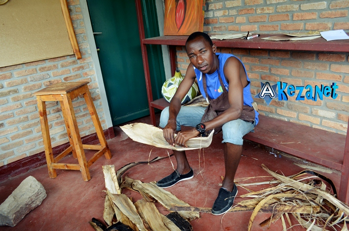 Egide Kubwimana  dans son atelier. Les écorces de bananiers  sont sa matière première pour fabriquer de tableaux. (www.akeza.net)