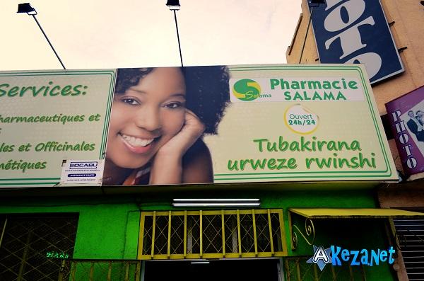 A l'entrée de la pharmacie Salama.(www.akeza.net)