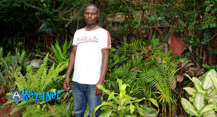 Ndikumana Frederic le cultivateur et vendeur de fleurs. (www.akeza.net)