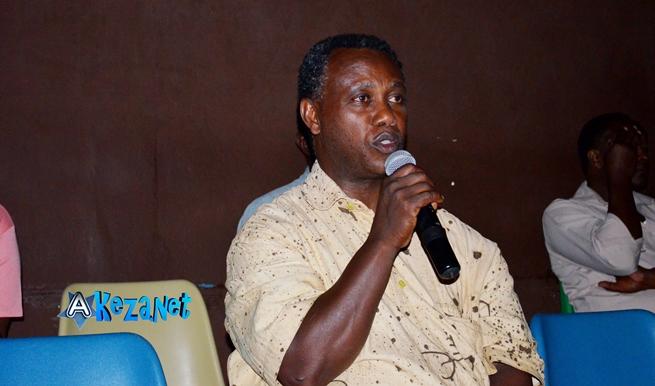 Le réalisateur Léonce NGABO a félicité Joseph NDAYISENGA pour le film ©Akeza.net