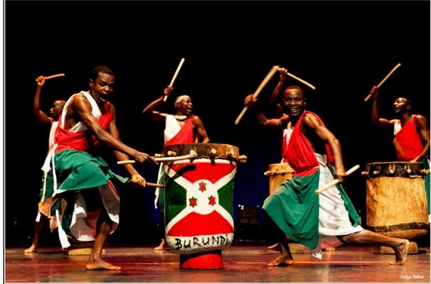 Les tambourinaires.Photos d' archives.(www.akeza.net)