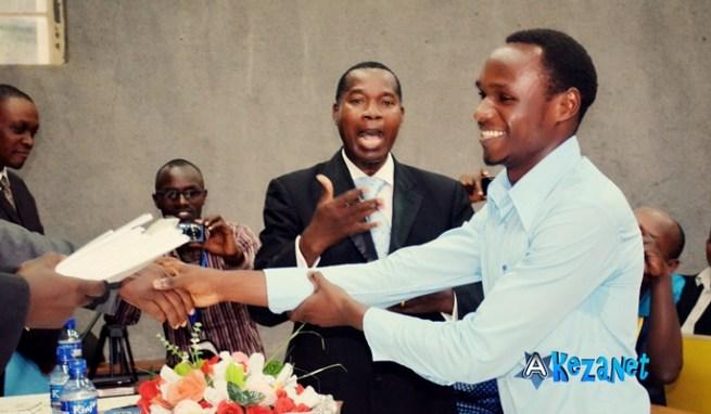 Jean Claude Ndayikengurukiye, lauréat du prix littéraire RUMURI .(www .akeza .net)