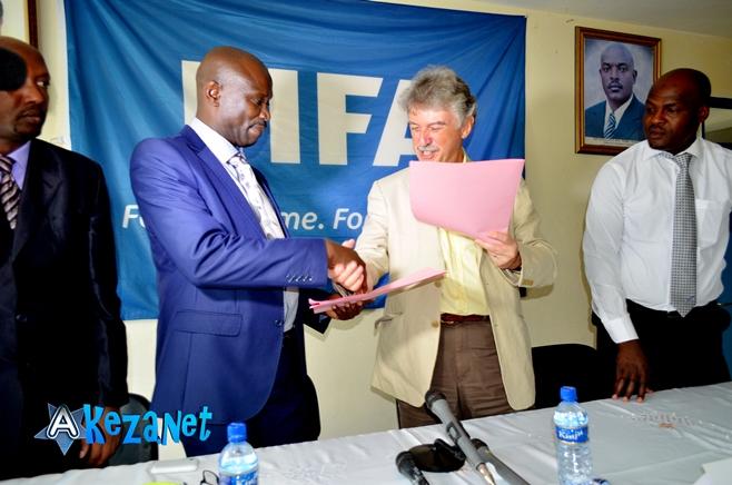 Hon.Reverien Ndikuriyo et Rhys  Torrington lors de la signature du contrat.©Akeza.net
