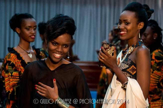 Krystal au milieu des mannequins (www.akeza.net)