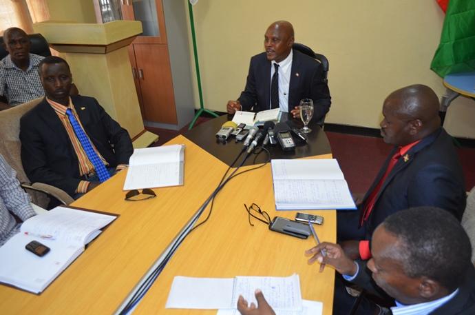 Le ministre de la culture, Adolphe Rukenkanya animant un point de presse.©Akeza.net
