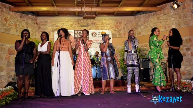Les chanteuses font ensemble une dernière chanson ensemble ©Akeza.net