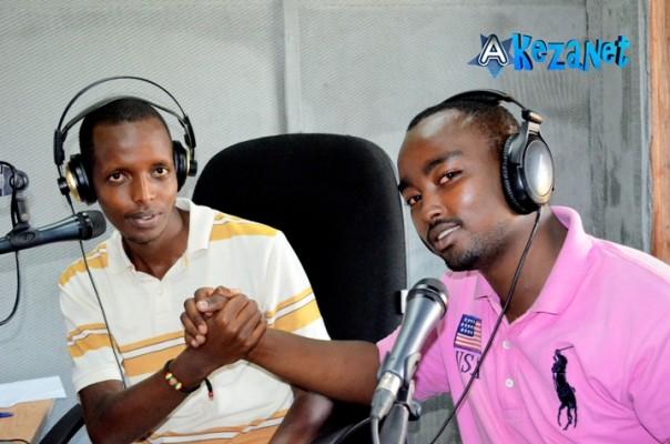Arsène Bucuti et Elvis Iradukunda au studio de la Radio 10.©Akeza.net