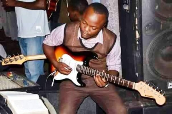 Obed Mbonihankuye grattant sa guitare.©DR
