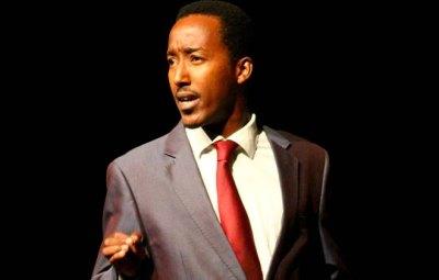 Freddy Sabimbona , acteur et metteur en scène burundais sur scène ©H Photography