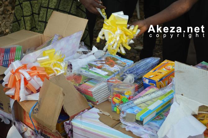 Matériel scolaire remis à Christine NTAHE par le Rotary Club Kigobe 2012 ©Akeza.net