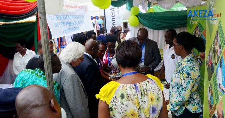 Le ministre en train de visiter les stands ©Akeza.net/Alexandre NDAYISHIMIYE