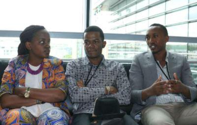 De g. vers la d. , Dacia Munezero, Alain Horutanga, Armel G. Bukeyeneza lors de leur passage sur la chaîne de télévision française France 24 .