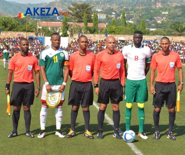 Les arbitres + capitaines des deux équipes ©Akeza.net
