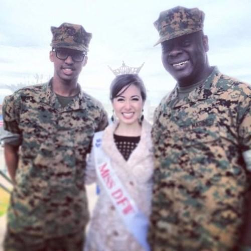 A gauche , Khaled Nzisabira en tenue militaire des marines , USA