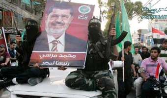 كتائب القسام التابعة لحركة حماس ترفع صورة المخلوع مرسي