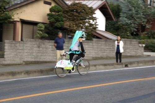 mystery-miku-cosplayer-in-bike-race-01