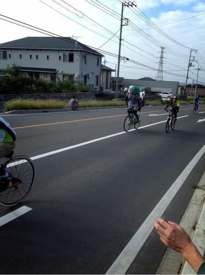 mystery-miku-cosplayer-in-bike-race-03