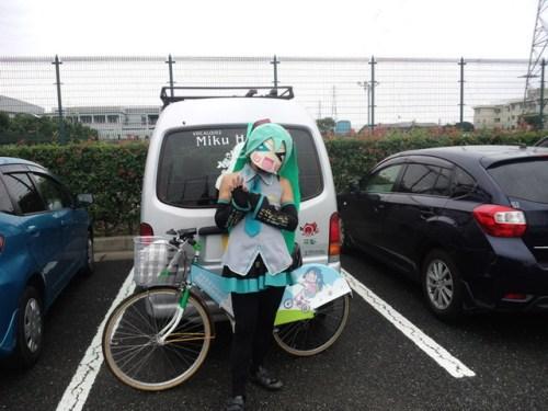 mystery-miku-cosplayer-in-bike-race-05