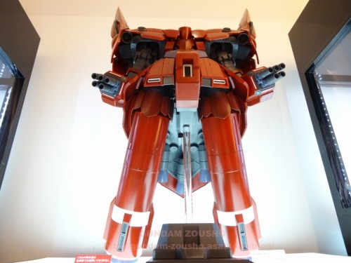 full-frontals-auris-hguc-neo-zeong-displayed-at-shinjuku-piccadilly-to-promote-movie-ep-7-14