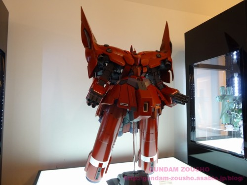 full-frontals-auris-hguc-neo-zeong-displayed-at-shinjuku-piccadilly-to-promote-movie-ep-711