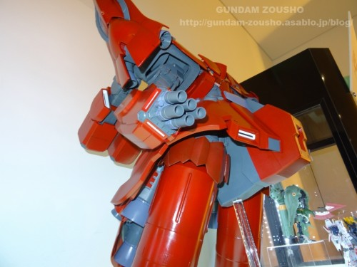 full-frontals-auris-hguc-neo-zeong-displayed-at-shinjuku-piccadilly-to-promote-movie-ep-712