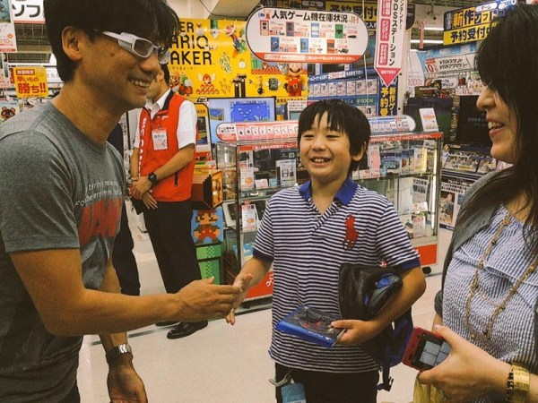 hideo-kojima-sneaks-out-signs-autographs-06