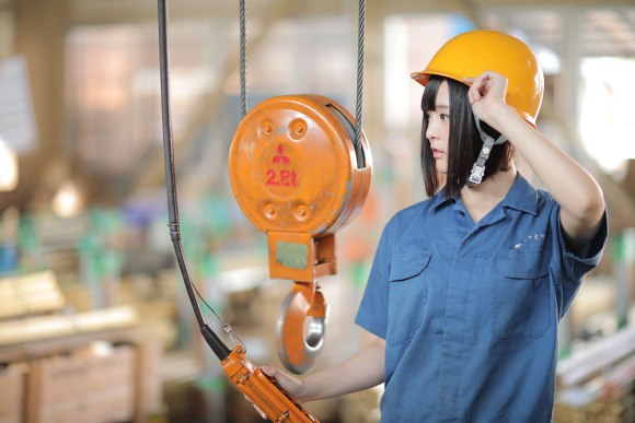 japanese-factory-lures-new-workers-with-calendar-featuring-beautiful-cosplayer-08