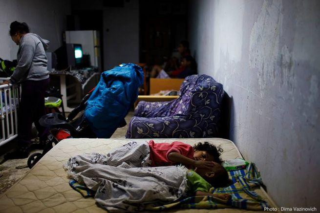 Izraeli család óvóhelyen a bombázások alatt