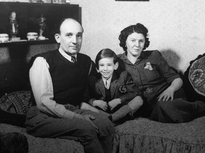 Lakos Alfréd szüleivel