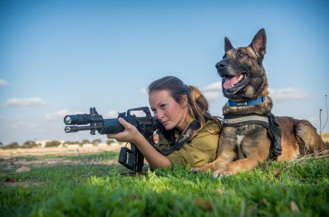 IDF katona kutyával gyakorlatozik
